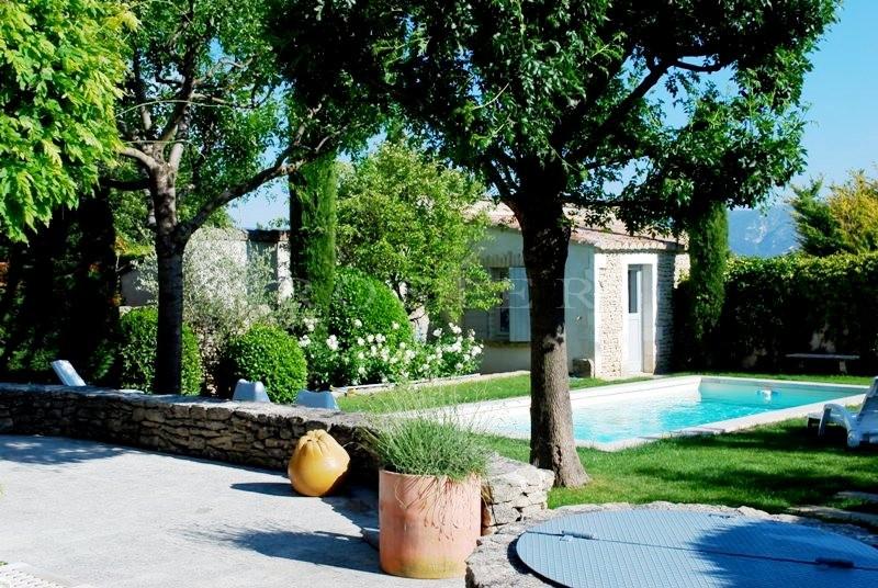 En vente,  proche d'un des plus beaux villages perchés du Luberon,  maison en pierres avec jardin et piscine