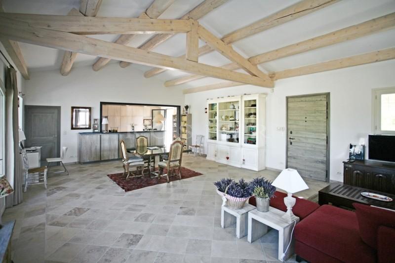 Aux abords d'un célèbre village perché du Luberon,  Gordes, à vendre, superbe maison en pierres avec terrasses et piscine.