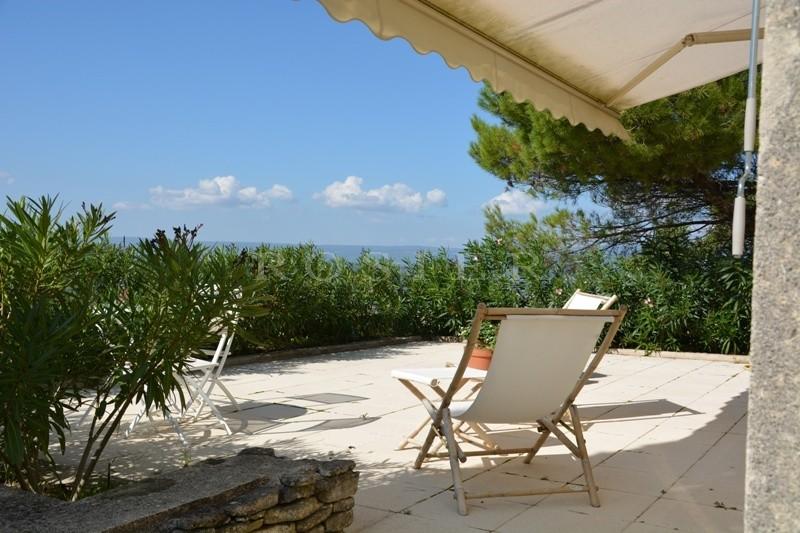 Près du village perché du Luberon,  à vendre, jolie maison moderne agrémentée d'un jardin, d'une piscine et d'une belle vue sur la vallée du Luberon