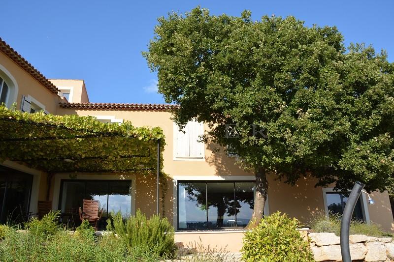 A deux pas de l'un des plus beaux villages de France, à vendre,  vaste maison de plus de 500 m² avec grand jardin et piscine.