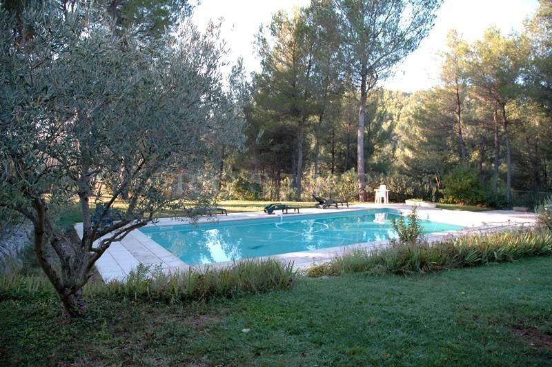 Pays des Sorgues, en vente,  plaisante maison sous les pins avec piscine