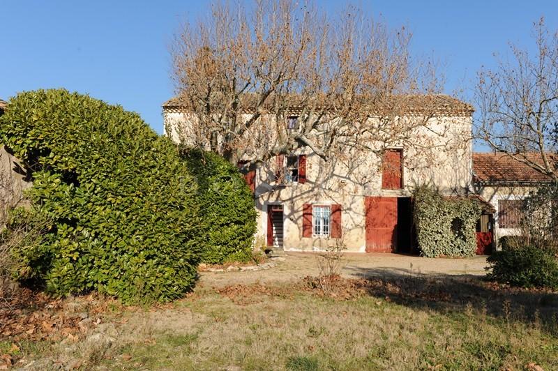 A vendre en Luberon,  authentique mas provençal à rénover, avec nombreuses dépendances  et  possibilité de découper 2 terrain à bâtir