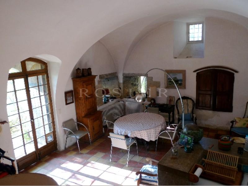 A vendre, en Luberon,  très originale maison semi troglodyte, avec dépendances sur 2 hectares avec une belle oliveraie.