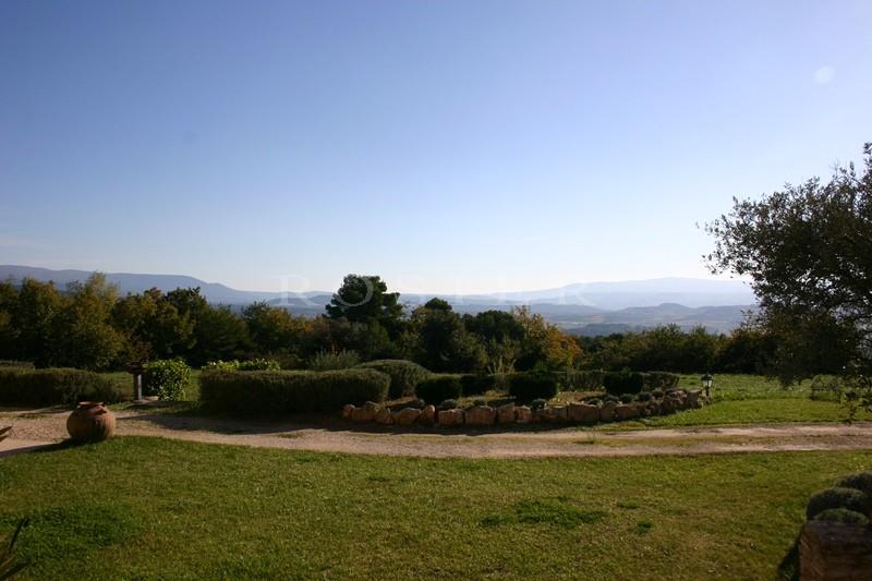 A proximité des endroits prestigieux du Luberon, à vendre, vaste maison très confortable, avec vues dégagées,  sur un parc de 1.6 hectare