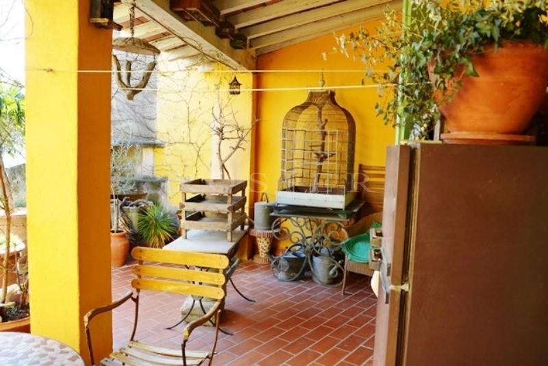 A proximité des Baux de Provence,  à vendre, maison de ville, pleine de charme, avec terrasse,  espace boutique et appartement indépendant
