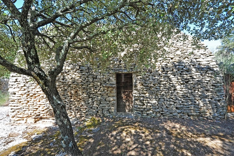 A Gordes, en vente,  authentique bergerie provençale avec beau terrain de 1,2 hectare et piscine