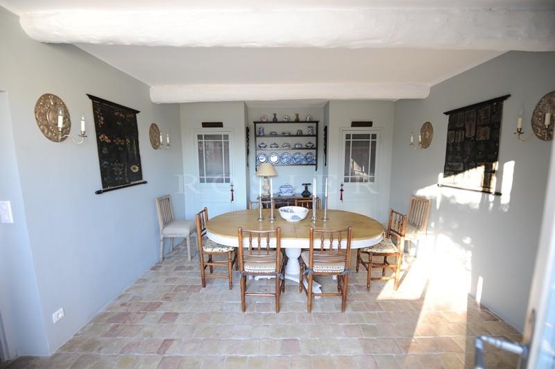A vendre dans le Luberon par ROSIER,  au coeur d'un charmant village avec tous commerces, très beau mas ancien  avec grande terrasse, dépendance, jardin paysager et piscine.