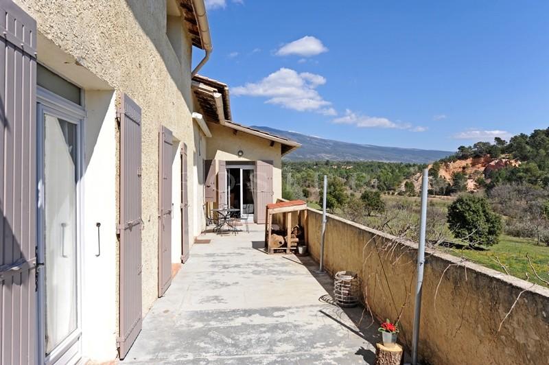 En Vaucluse,  à vendre à proximité d'un beau village perché, maison avec dépendances, piscine et jacuzzi,  sur plus de 2 hectares, avec vues remarquables.