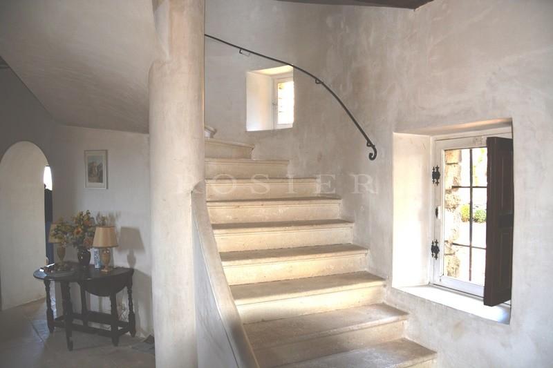 En vente, située sur les hauteurs d'un village, rare maison de caractère,  avec charmant jardin en terrasse et vue exceptionnelle