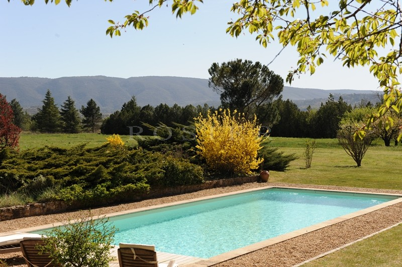 A vendre dans le triangle d'or du Luberon,  aux abords d'un superbe village perché, authentique mas provençal avec  cour intérieure et piscine