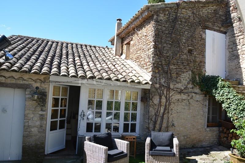 A vendre en Luberon,  belle maison de village en pierres avec cour et maison d'amis