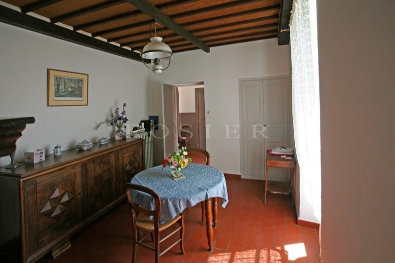 En vente, en Luberon,  en bordure d'un beau village perché, maison ancienne de famille avec jardin