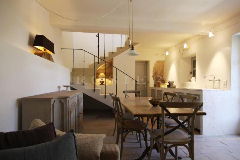 A vendre, à Gordes,  dans un hameau, très belle maison ancienne, en pierres,  avec terrasses, jardin, piscine