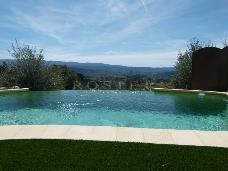 Sur les hauteurs, dominant la vallée du Luberon et bénéficiant de vues sublimes, maison d'architecte sur 3 000 m² de terrain.