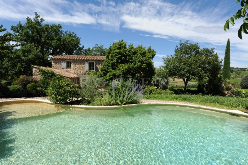 En position dominante, au coeur des vignes, charmant mazet avec piscine sur plus de 3 000 m² de terrain