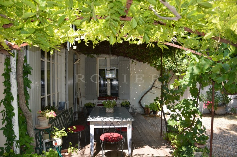 Maison en pierre rénovée avec 1000m² de jardin, piscine et à deux pas du village réputé pour ses cours d'eau et antiquaires