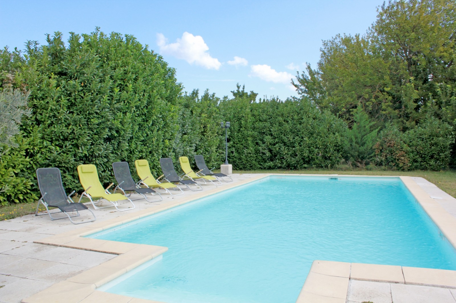 Grande maison avec jardin et piscine à vendre dans le Luberon