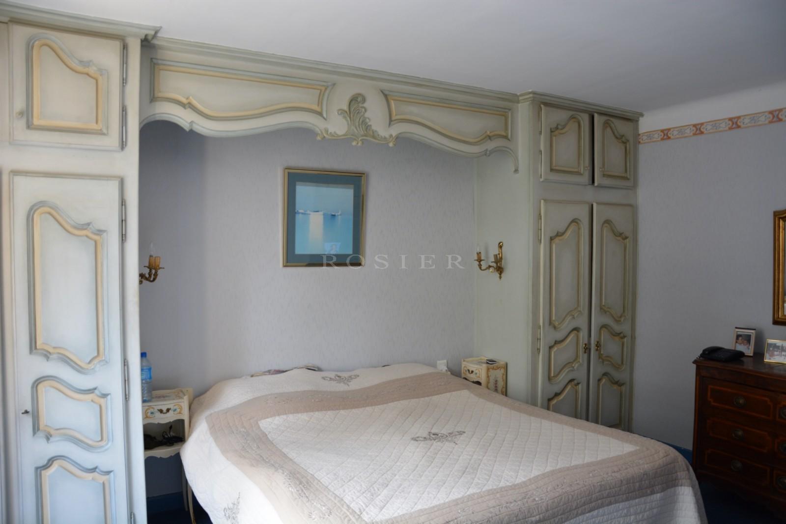 Luberon, maison traditionnelle en pierres sur 2 500 m² de terrain à vendre