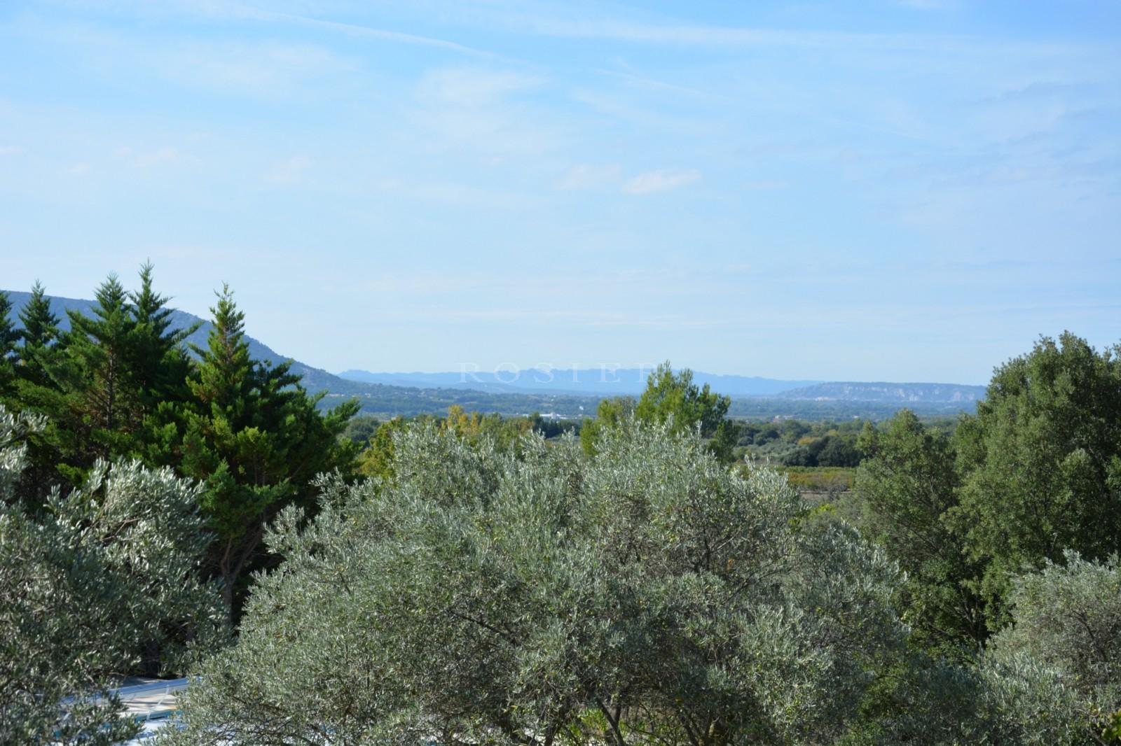 A quelques minutes du village de Gordes, en position dominante et bénéficiant de vues sur le Luberon et les Alpilles, maison de charme en pierres totalement rénovée