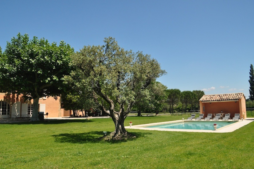 Mas ancien rénové avec tennis et piscine sur 5,6 hectares équestres