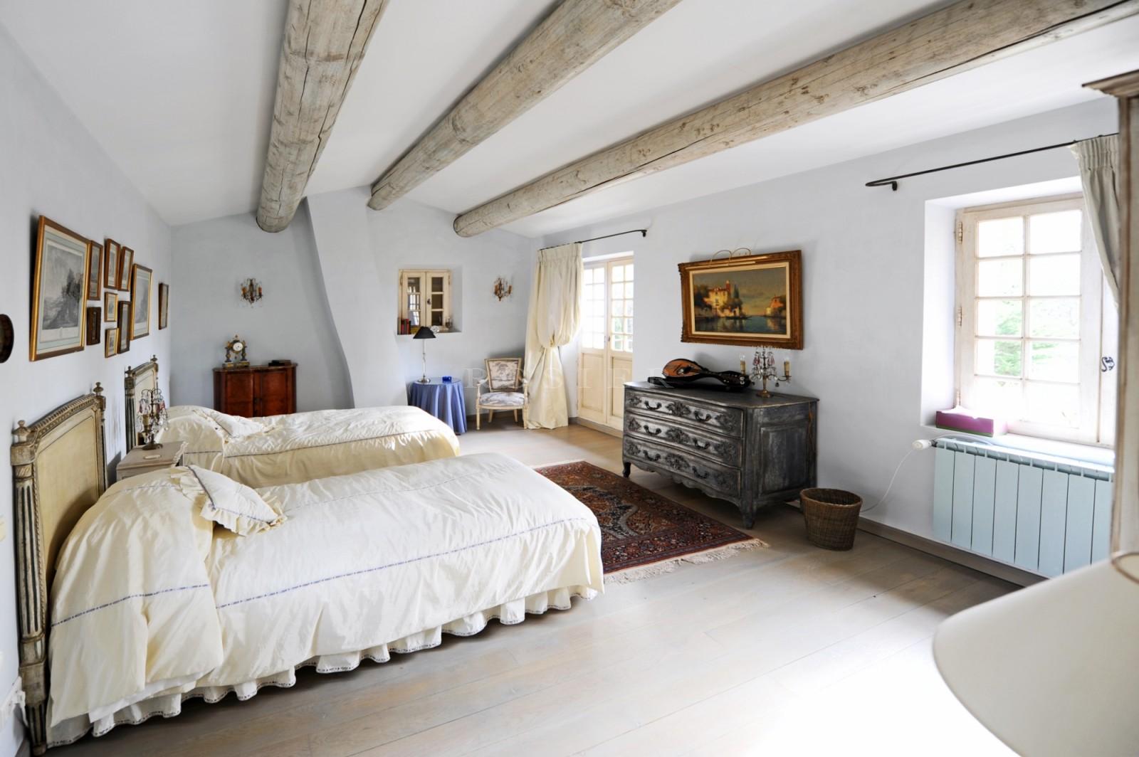 Gordes - Superbe propriété en Luberon avec maison de gardien, tennis et piscine