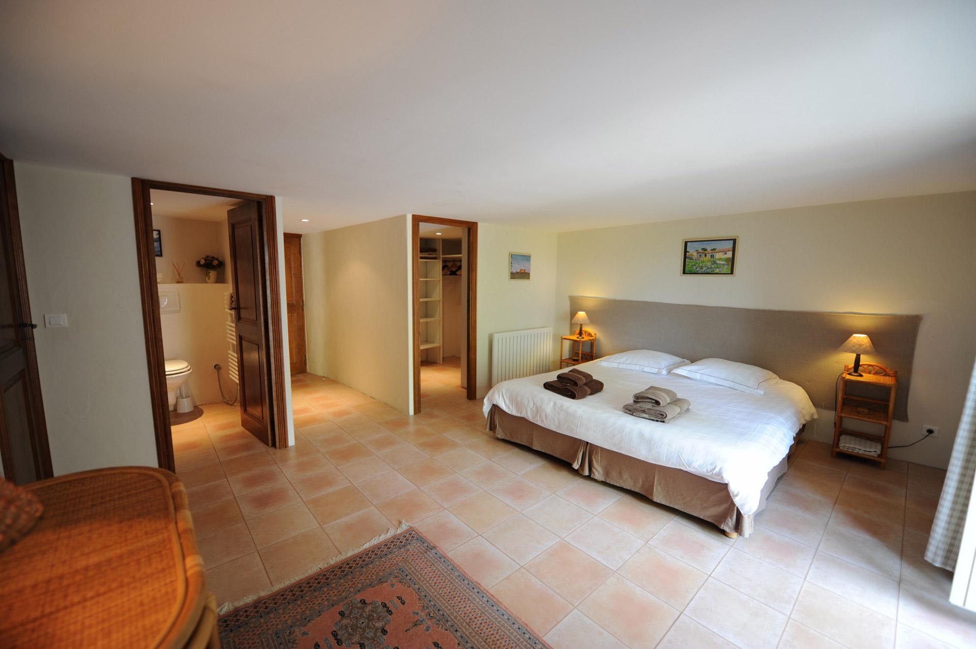 En Luberon, à vendre, mas en pierres d'environ 700 m², sur plus de 5 hectares de terrain