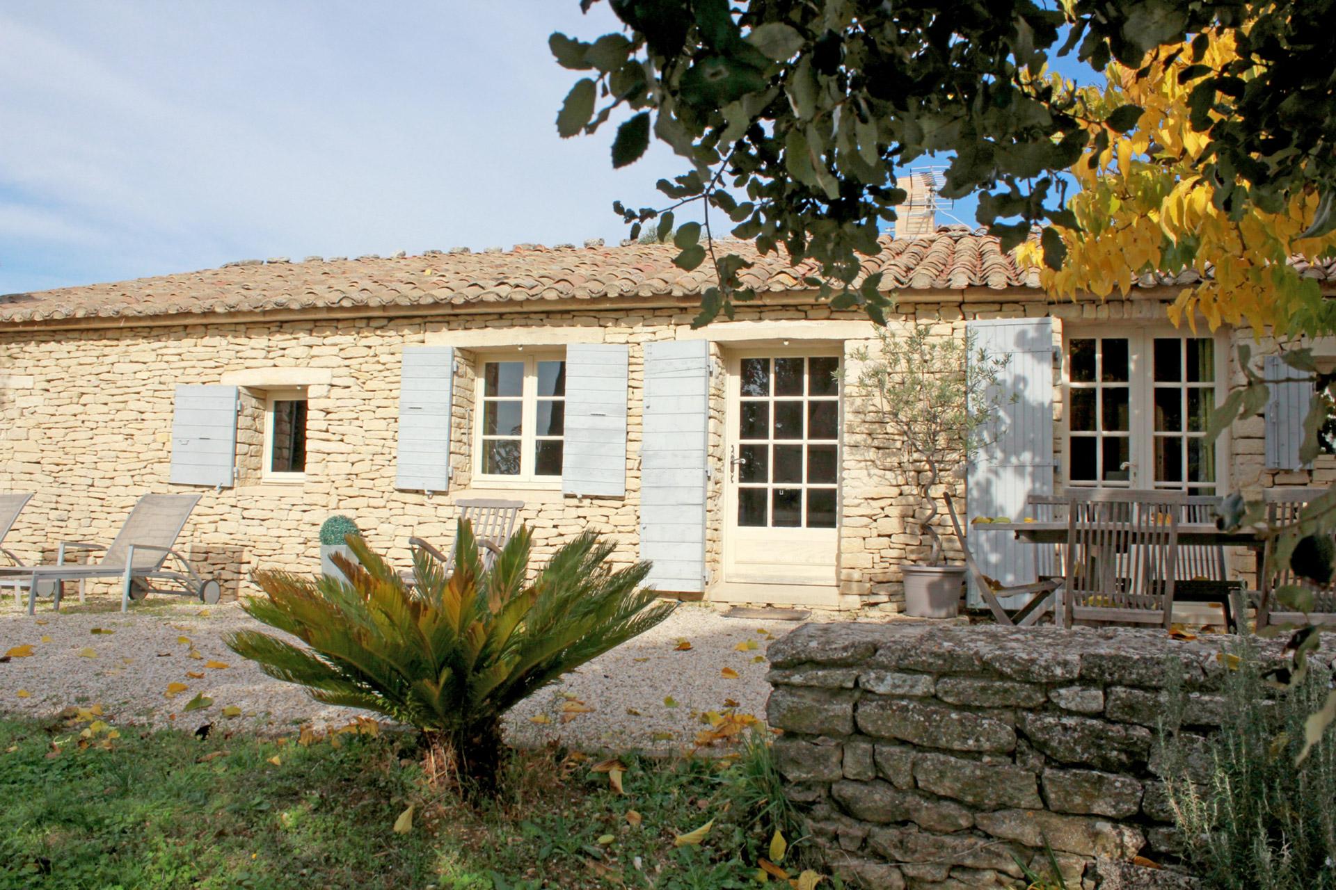 Luberon, proche d'un village, maison avec piscine et borie à vendre