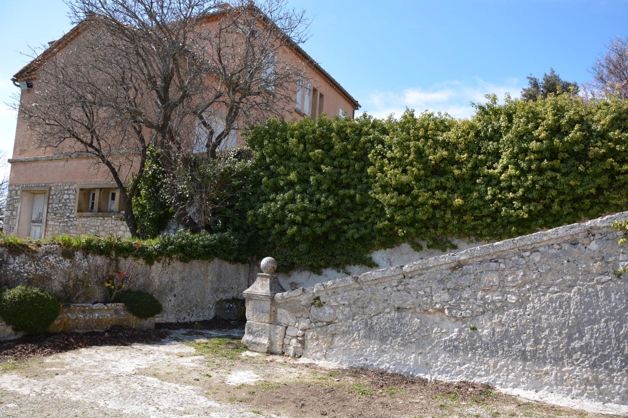 A la vente, en Luberon, ensemble immobilier offrant de multiples possibilités
