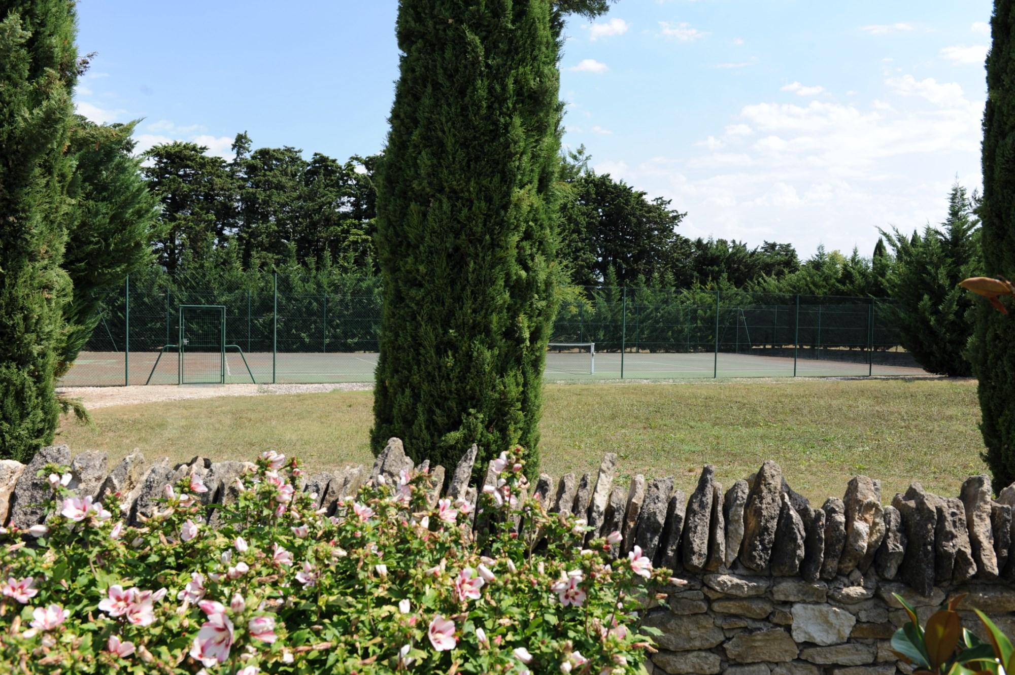 Mas en pierre, entièrement rénové, sur un parc bordé par un bras de Sorgue