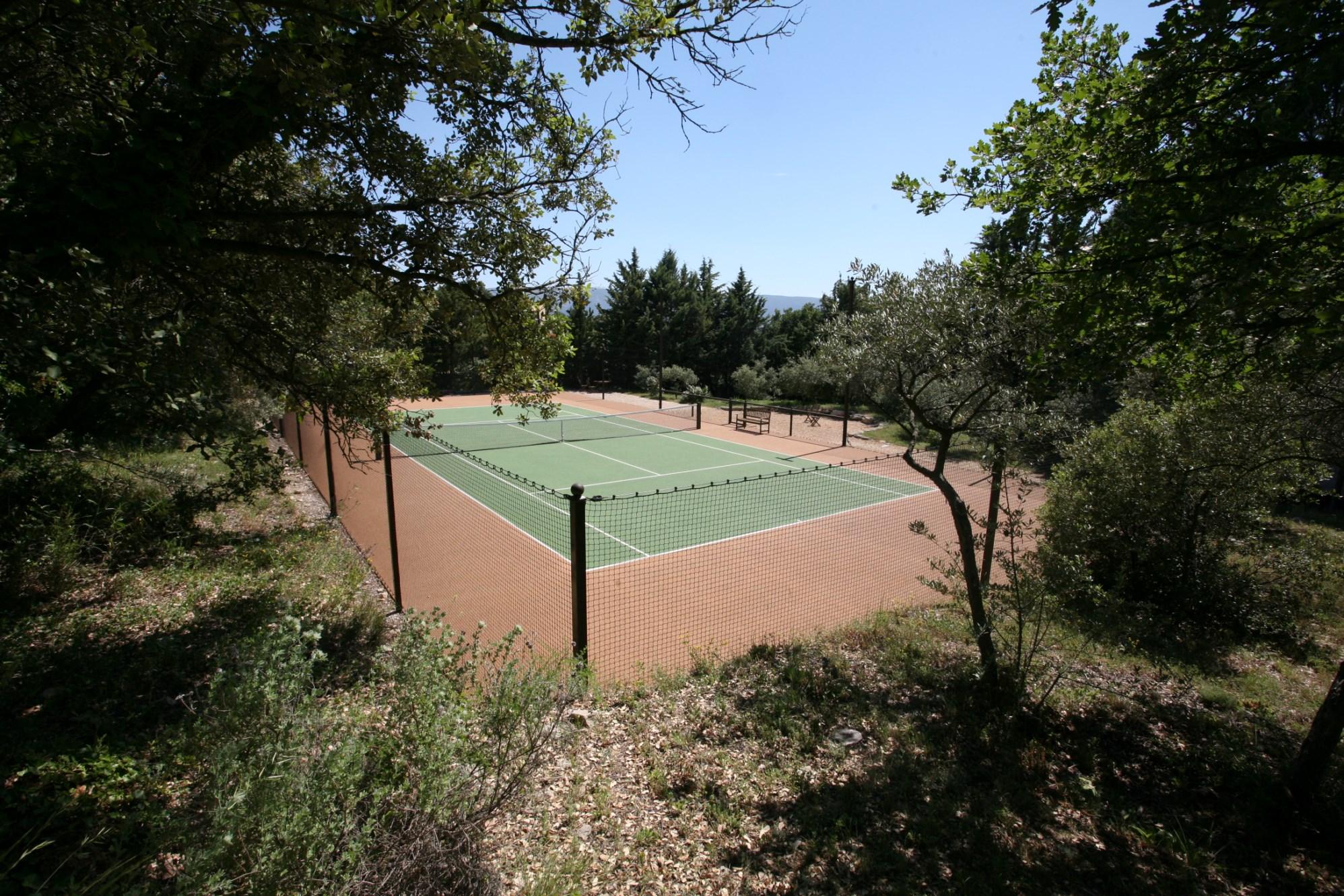 Belle maison en pierre avec tennis à vendre en Luberon