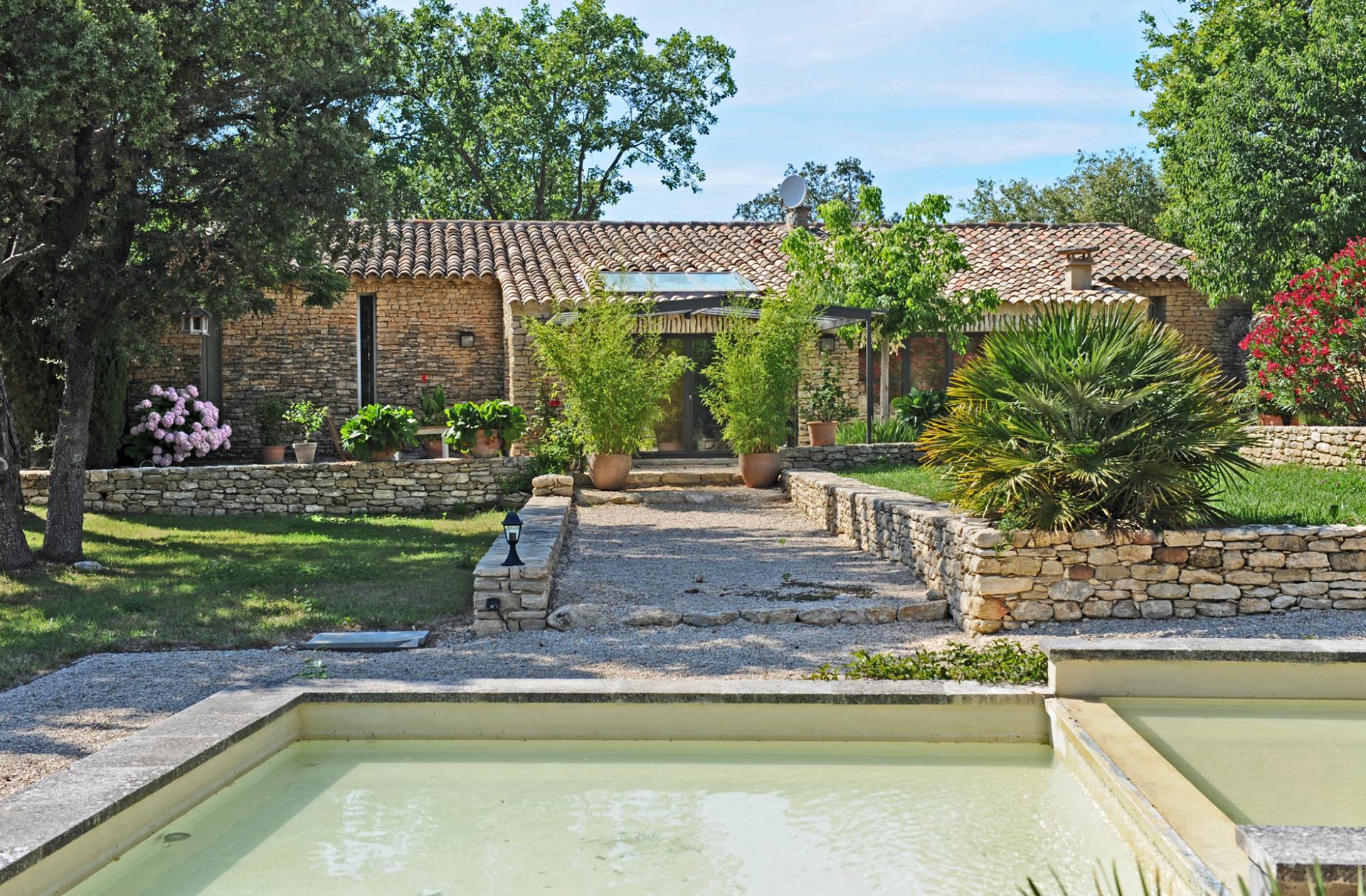 Proche Gordes,  exceptionnel domaine privé avec 2 maisons, 2 piscines, loft et tennis