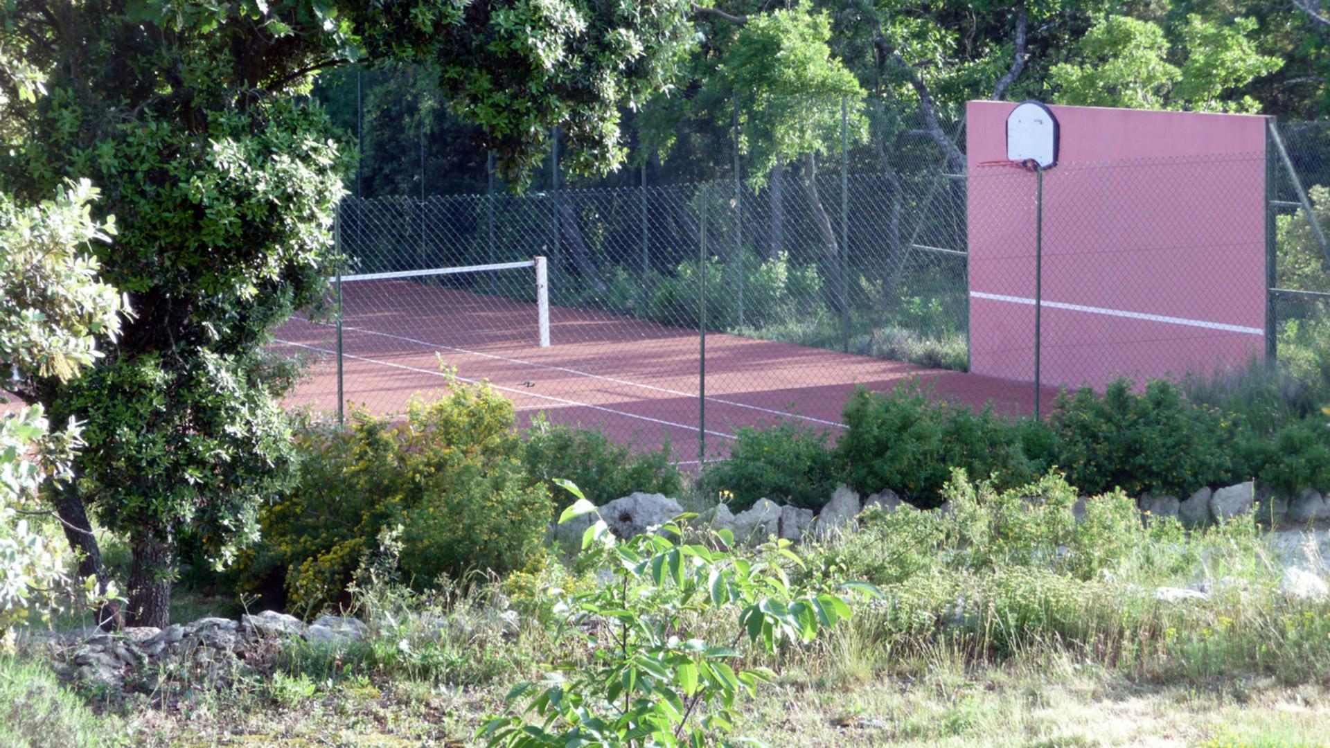 Exceptionnel domaine privé avec 2 maisons et tennis proche de Gordes