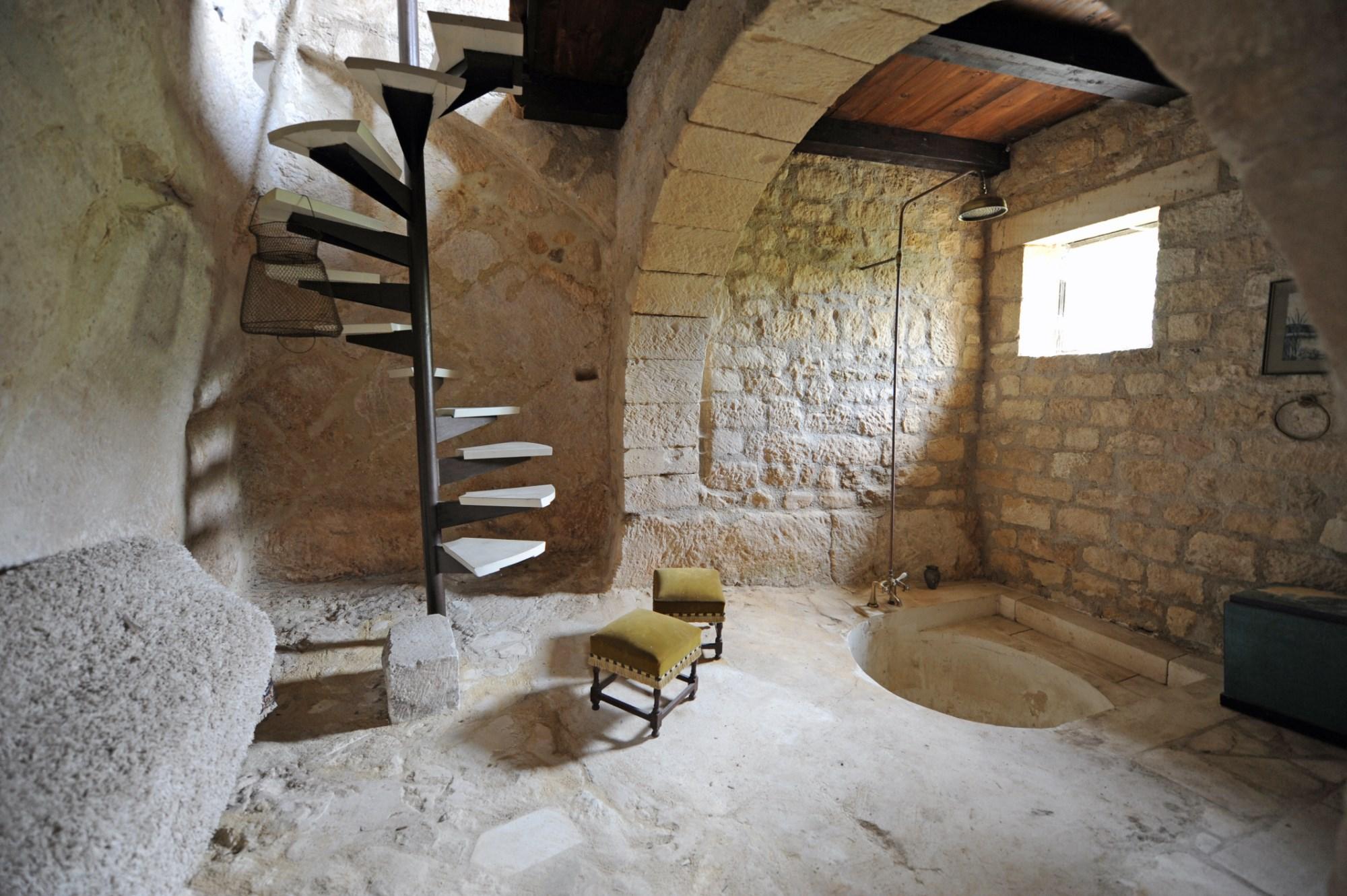 Ancien cloître Roman fortifié en pierres de tailles à vendre en Provence