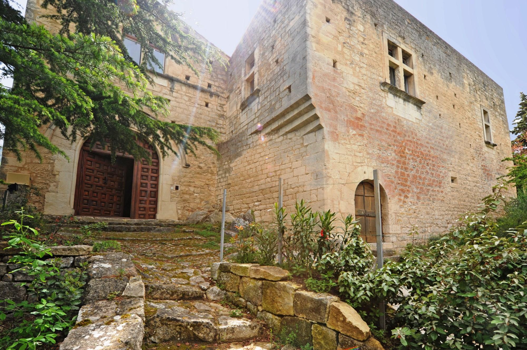 Château des Chanoines en pierres de tailles à vendre en exclusivité, en Luberon
