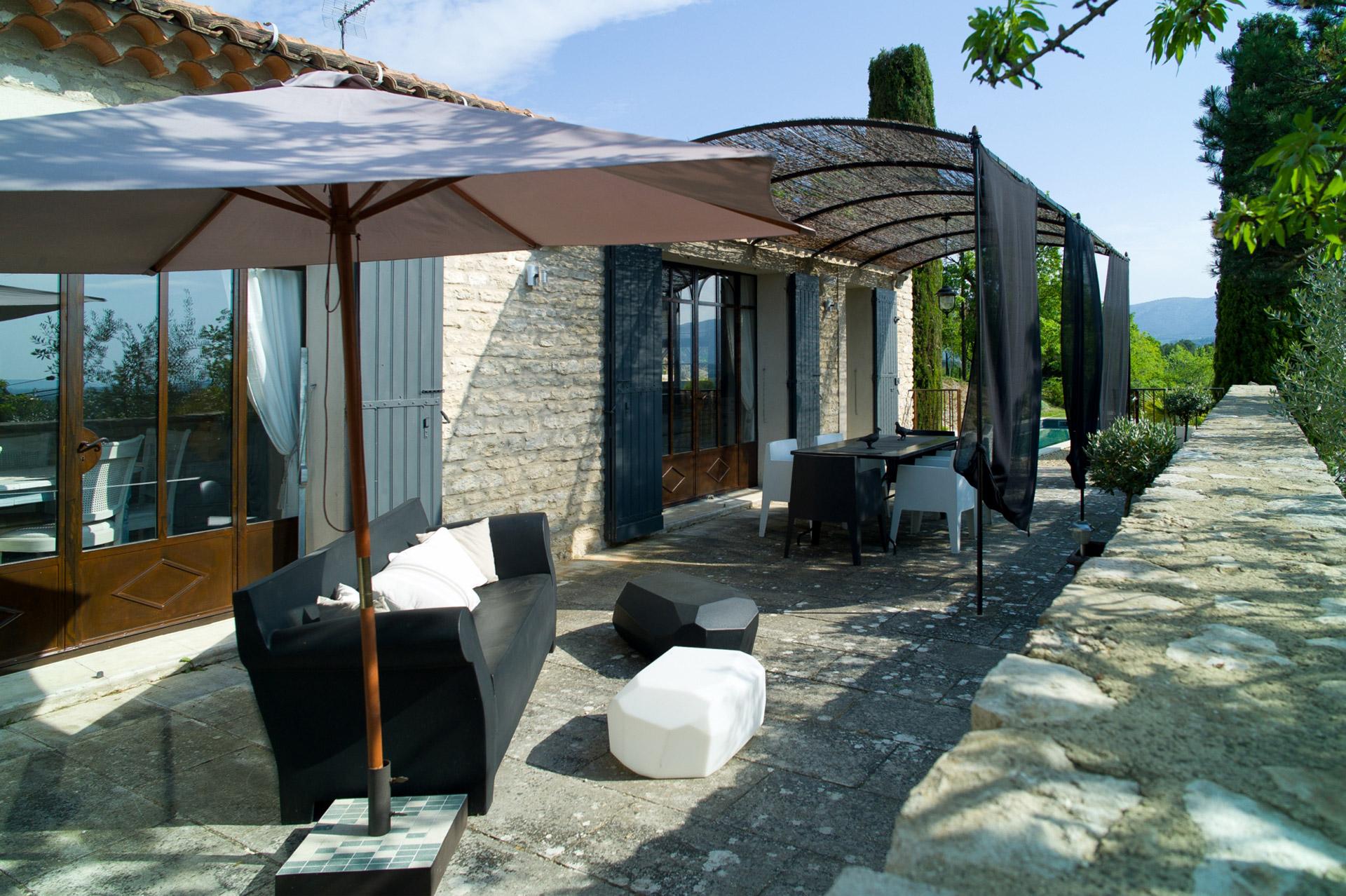 A Gordes, en vente,  maison en pierre, rénovée avec goût,  avec jardin et piscine