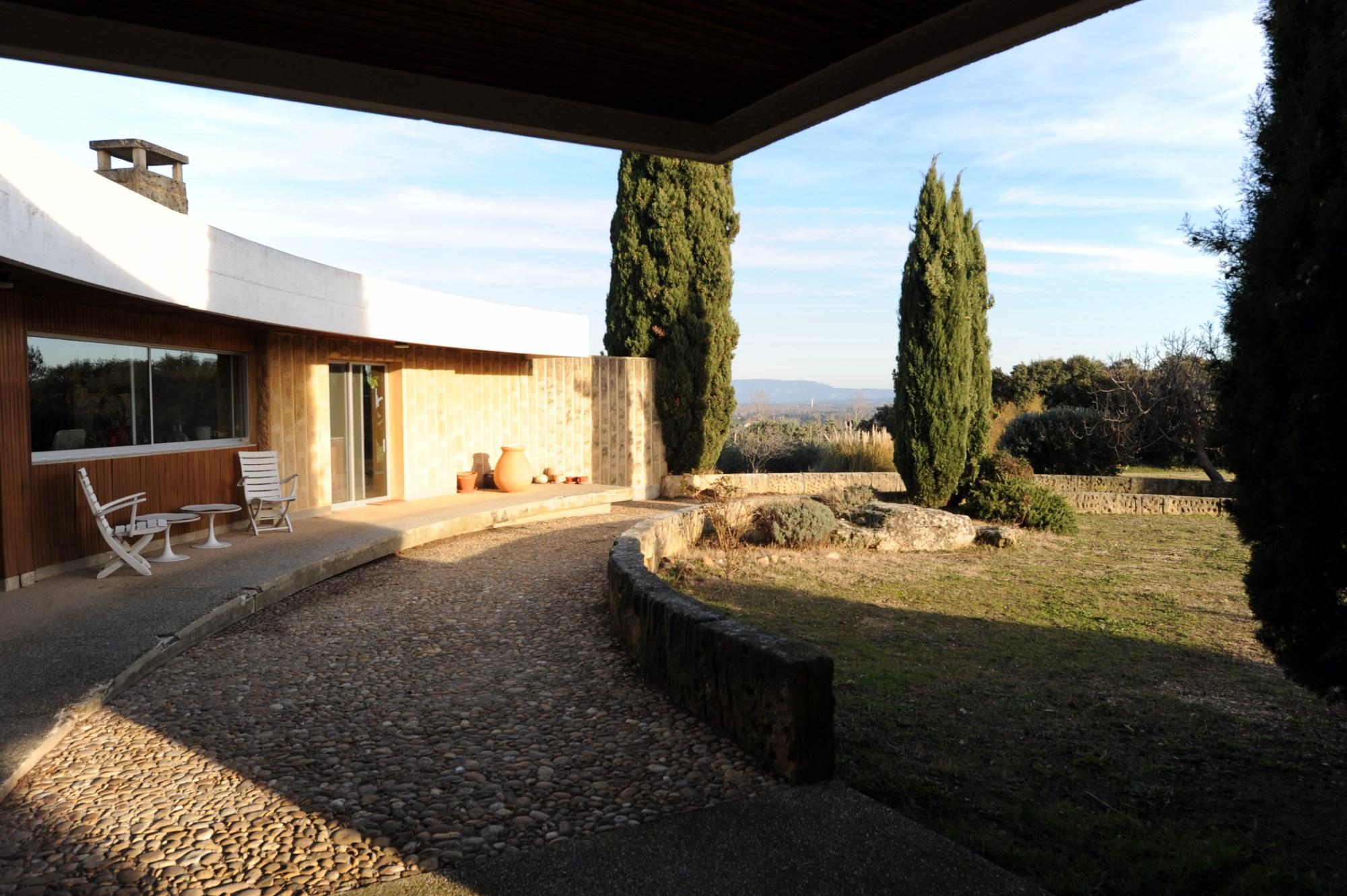 Exceptionnelle propriété d'architecte face aux Alpilles à vendre sur 4 hectares de terrain