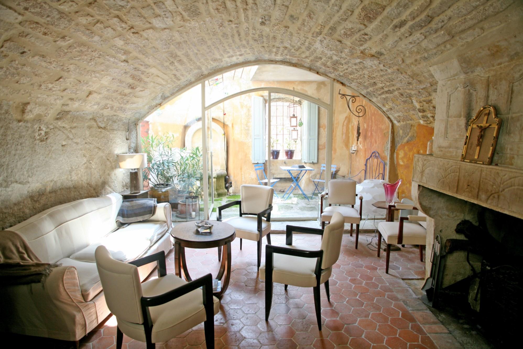 En vente en Provence, en Luberon,  dans un célèbre village perché, magnifique maison de village du XVIIème siècle totalement atypique,  avec patio et terrasse.