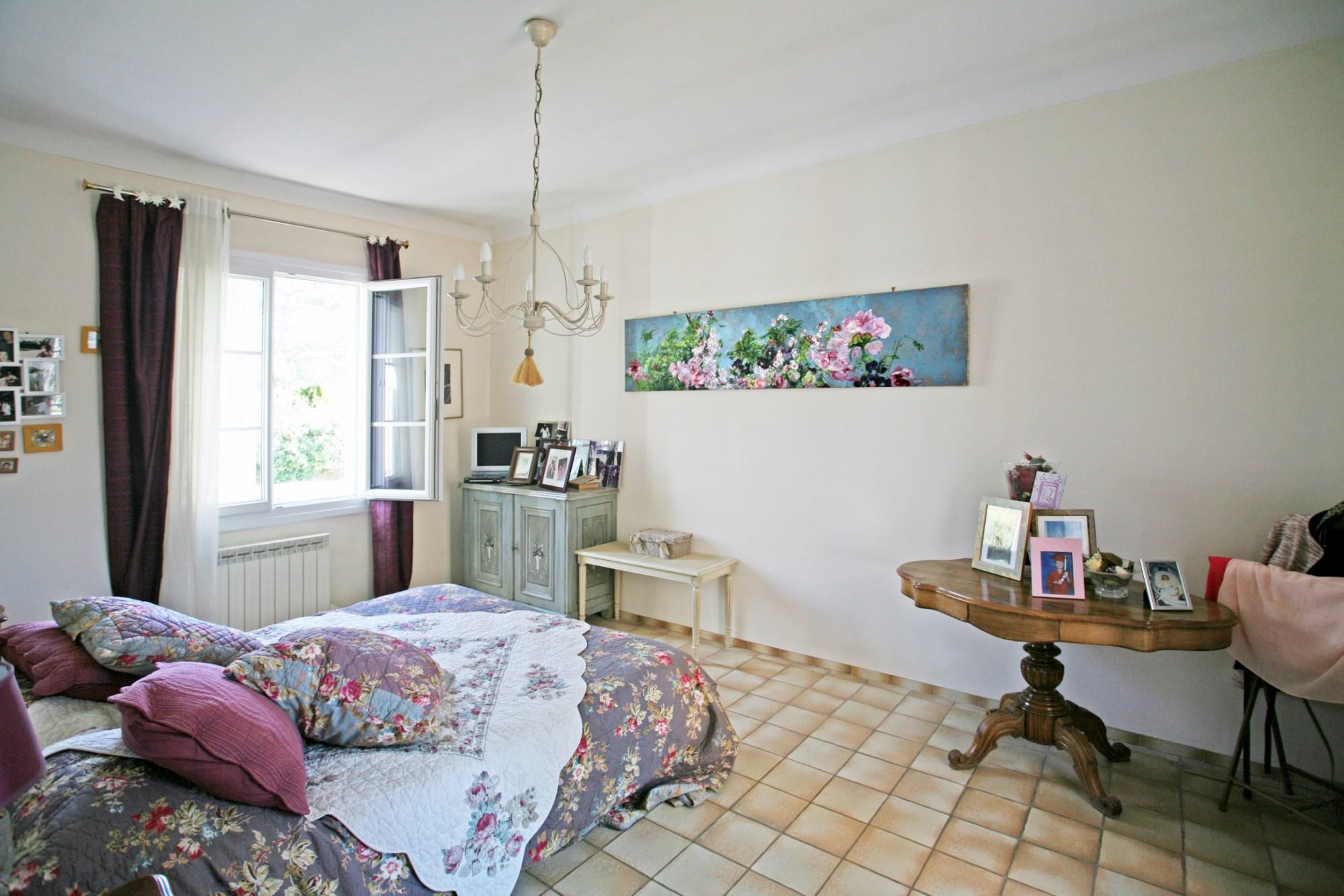 A vendre, en Luberon,  villa avec terrasse, dépendance et piscine