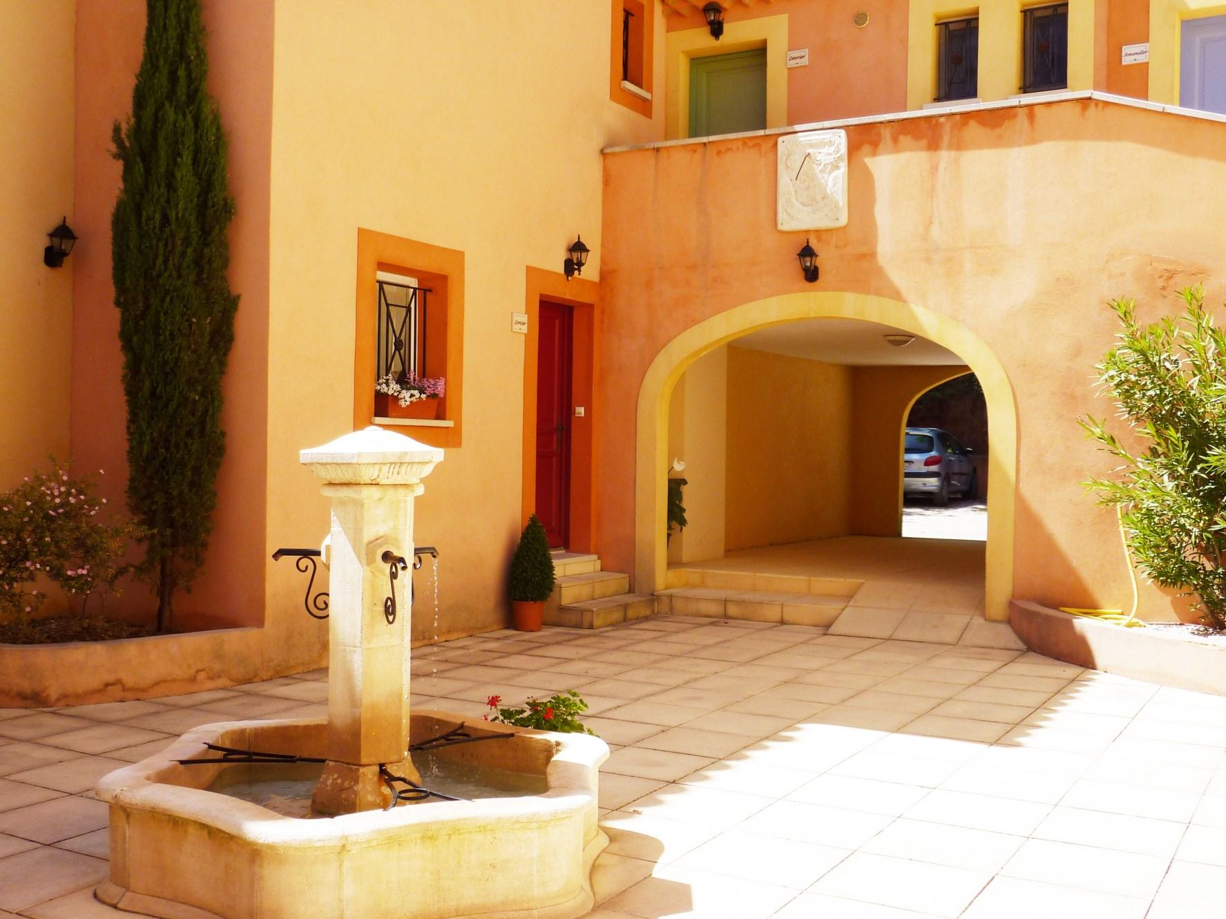 En Luberon, maison charmante avec terrasse couverte et garage dans petite copropriété