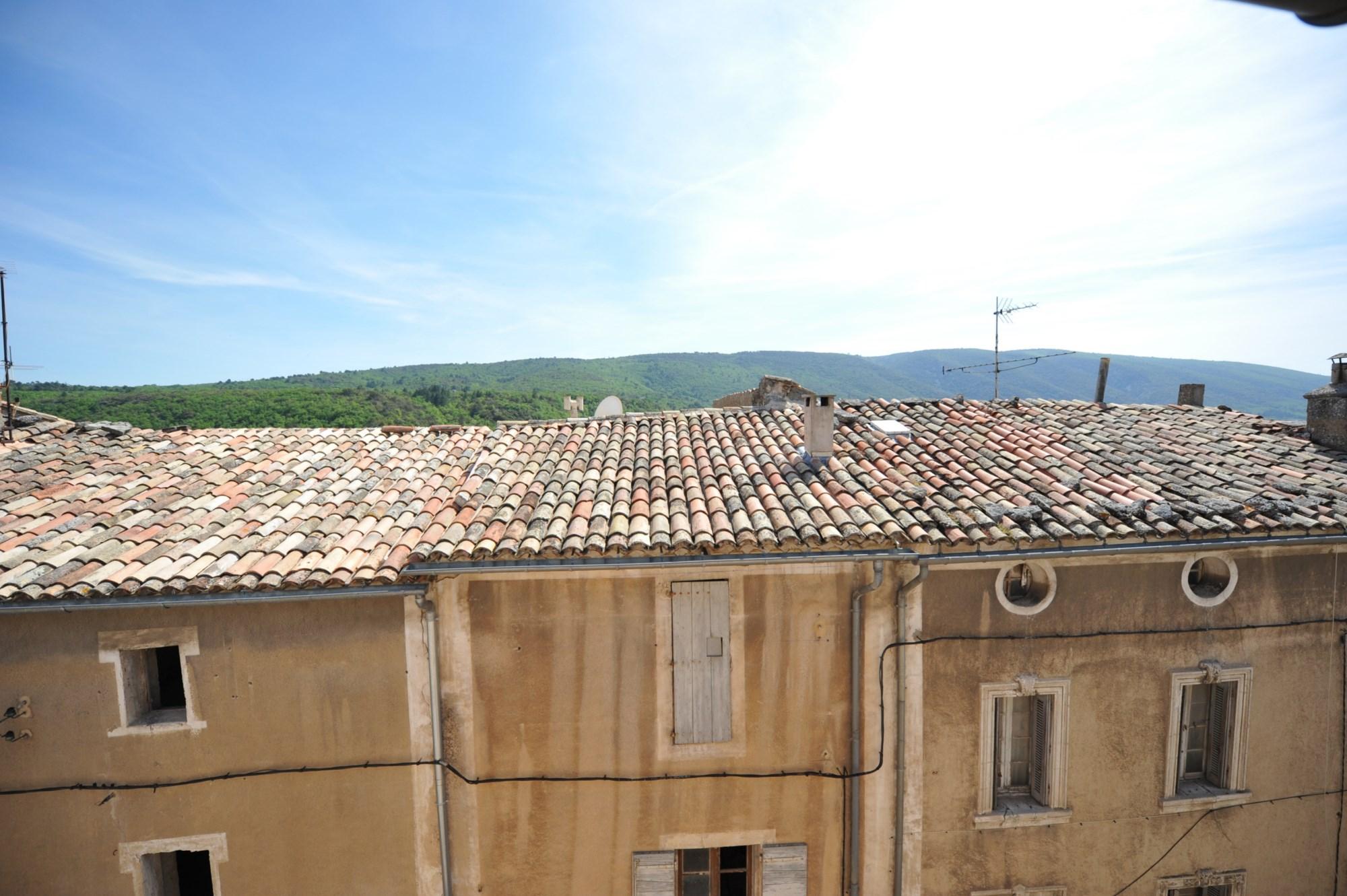 Au coeur de l'un des plus prestigieux villages perchés du Luberon, maison de village rénovée à vendre. Idéal pour créer un emplacement commercial