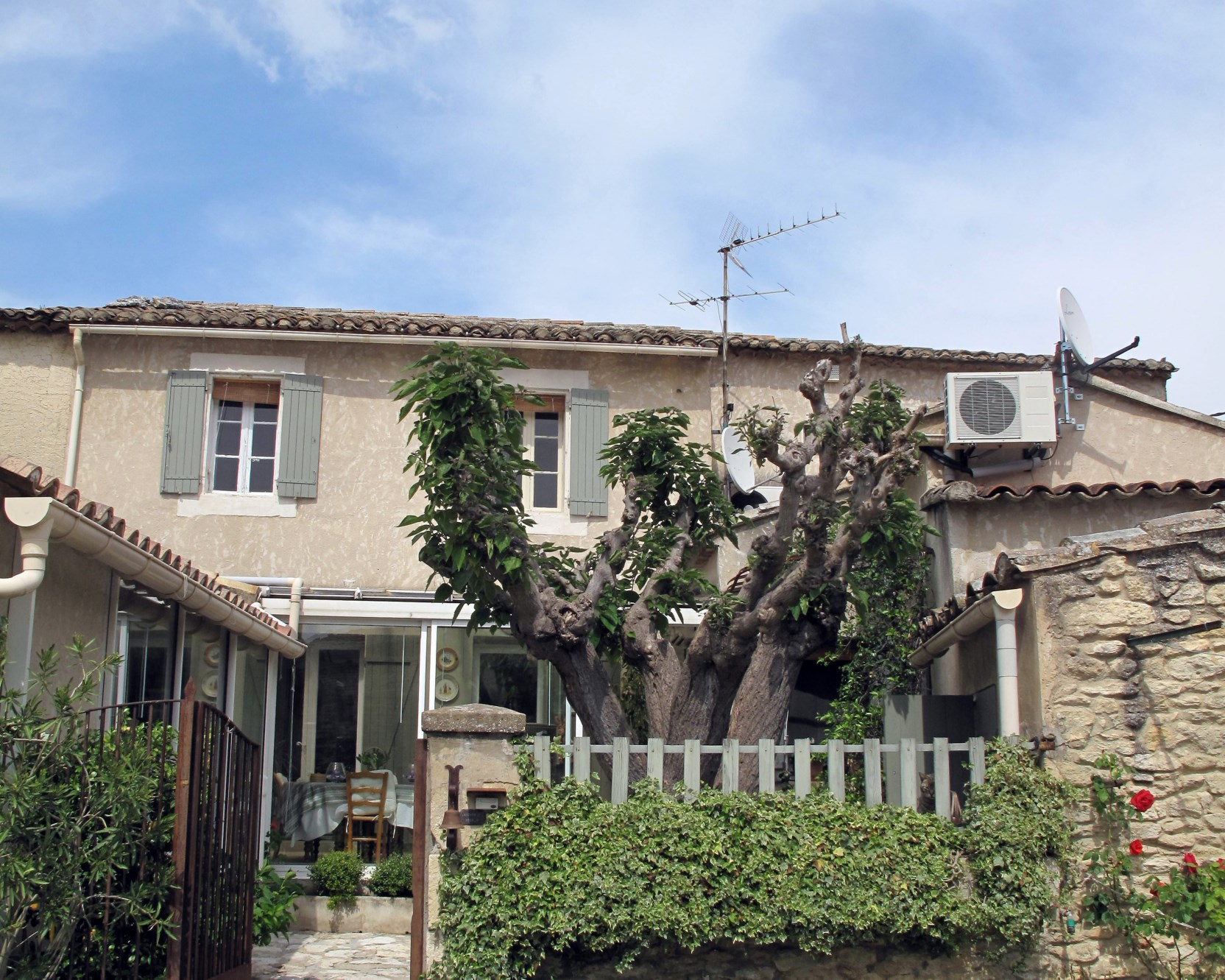 A vendre à Gordes,  maison de hameau en pierres, rénovée,  avec cour, jardin et garage