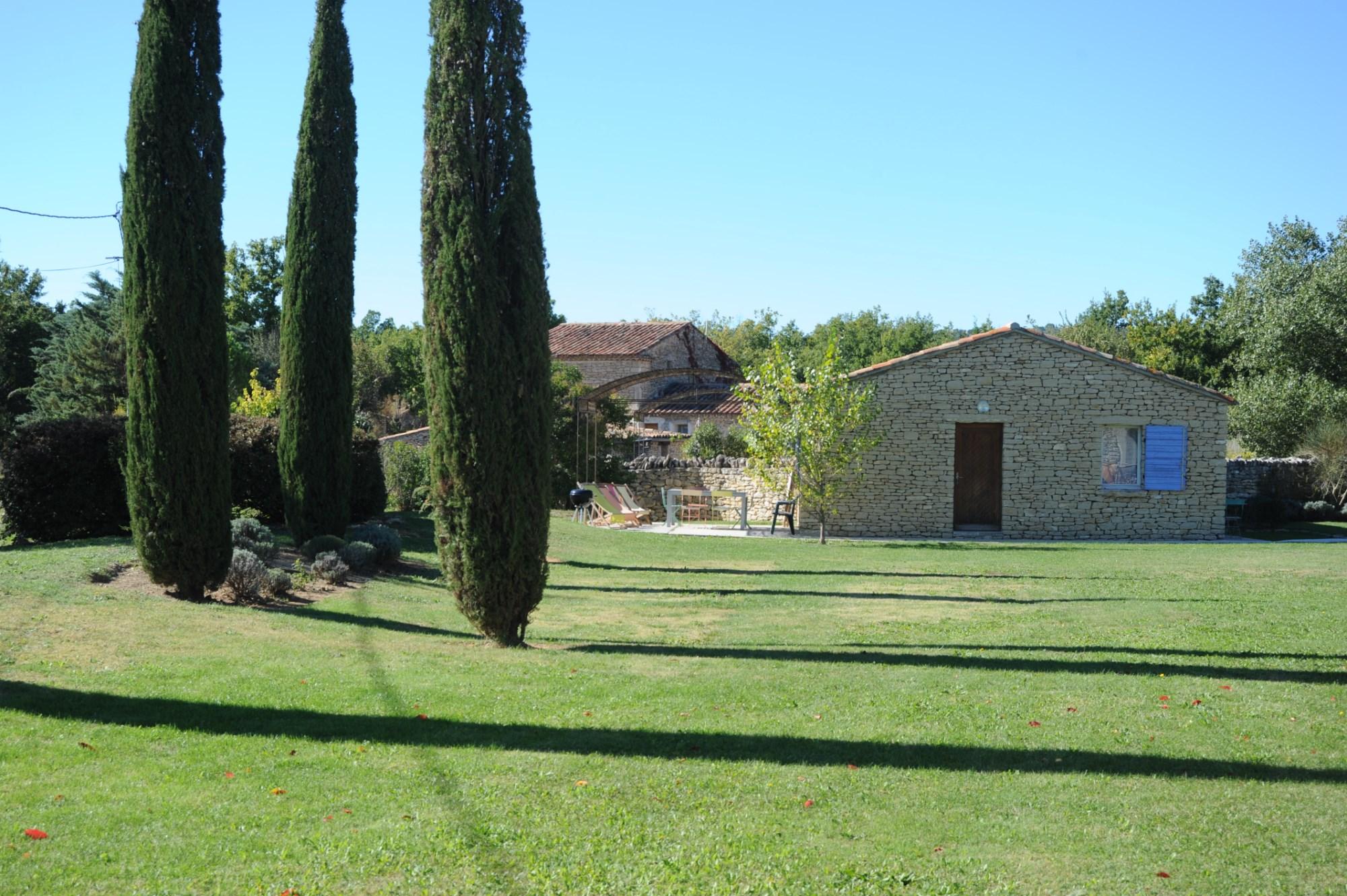 A vendre, à quelques minutes des plus beaux villages du Luberon,  maison en pierres de plain pied d'environ 115 m² divisé en 2 appartements