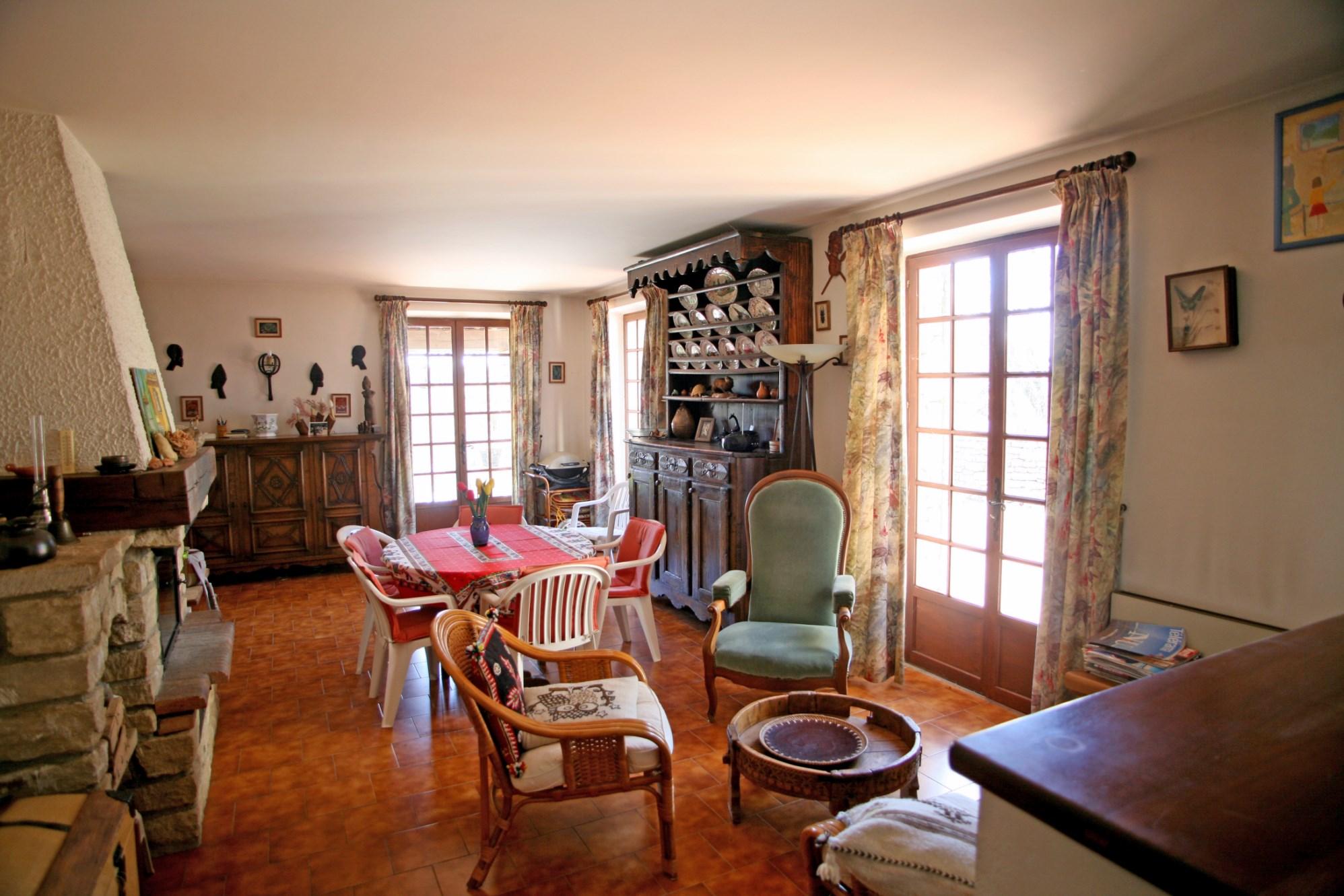 A vendre en Luberon,  maison en pierres avec terrasses,  piscine sur 6000 m² environ de jardin