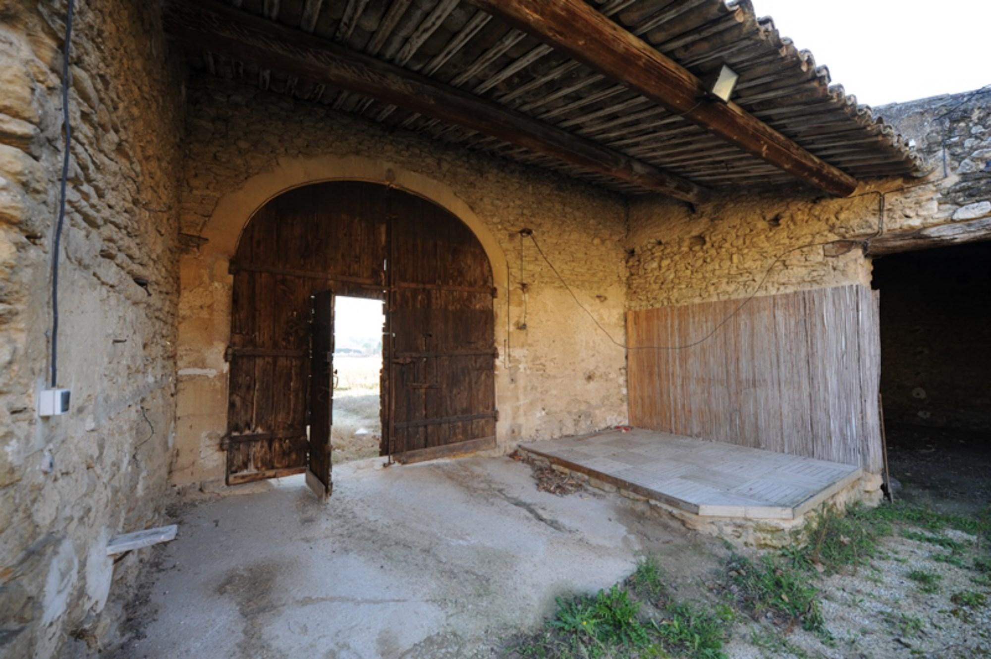 Grand mas provençal à restaurer en vente en Provence