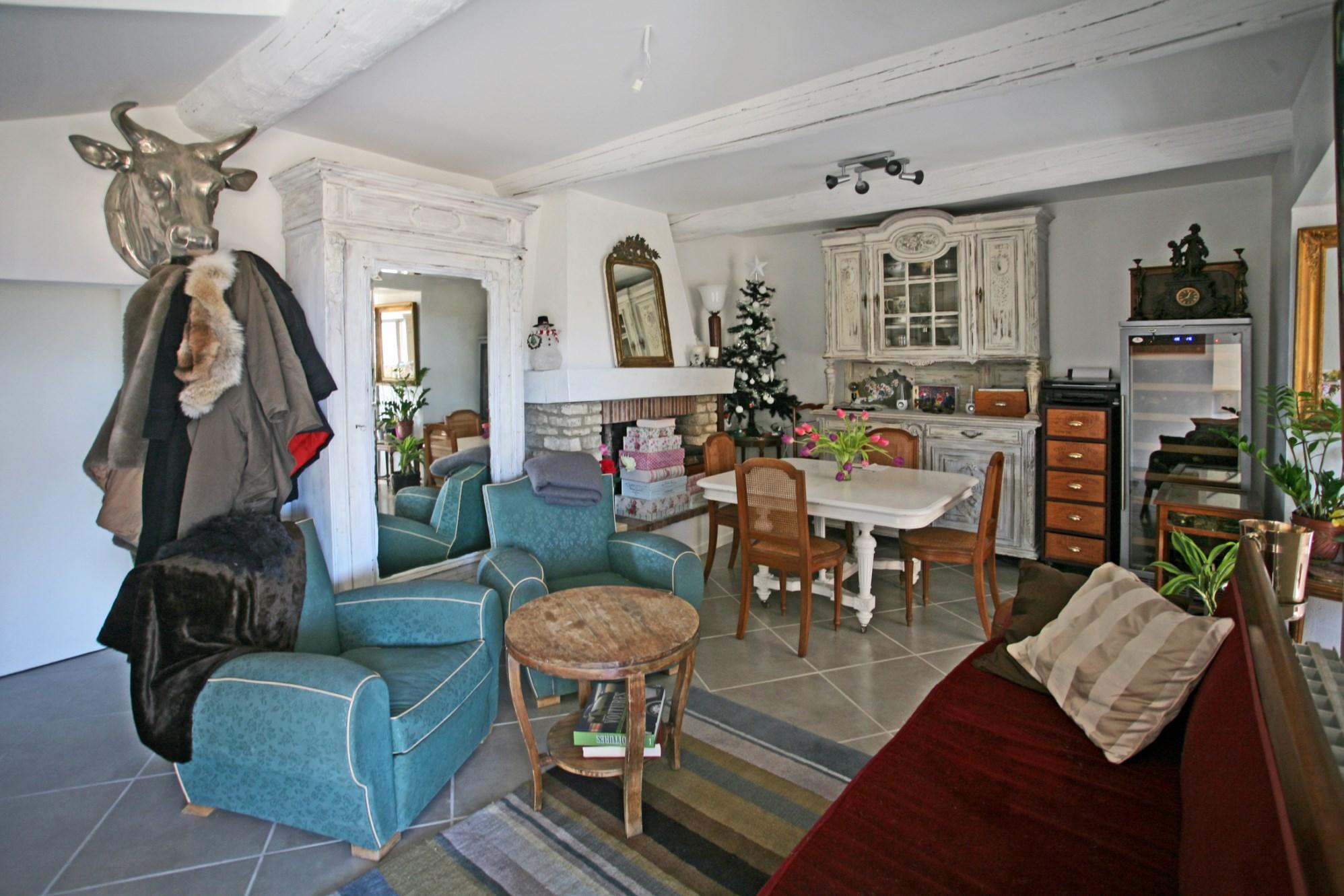 Luberon, proche d'un village avec tous commerces, maison de hameau avec terrasse