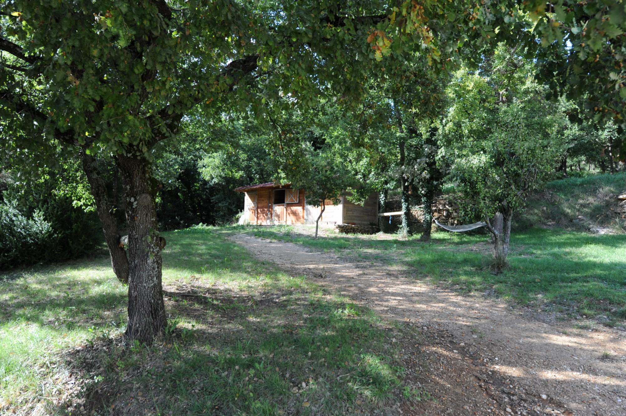 En vente,  à l'orée d'un village du Luberon, propriété sur environ 3 hectares de terrain