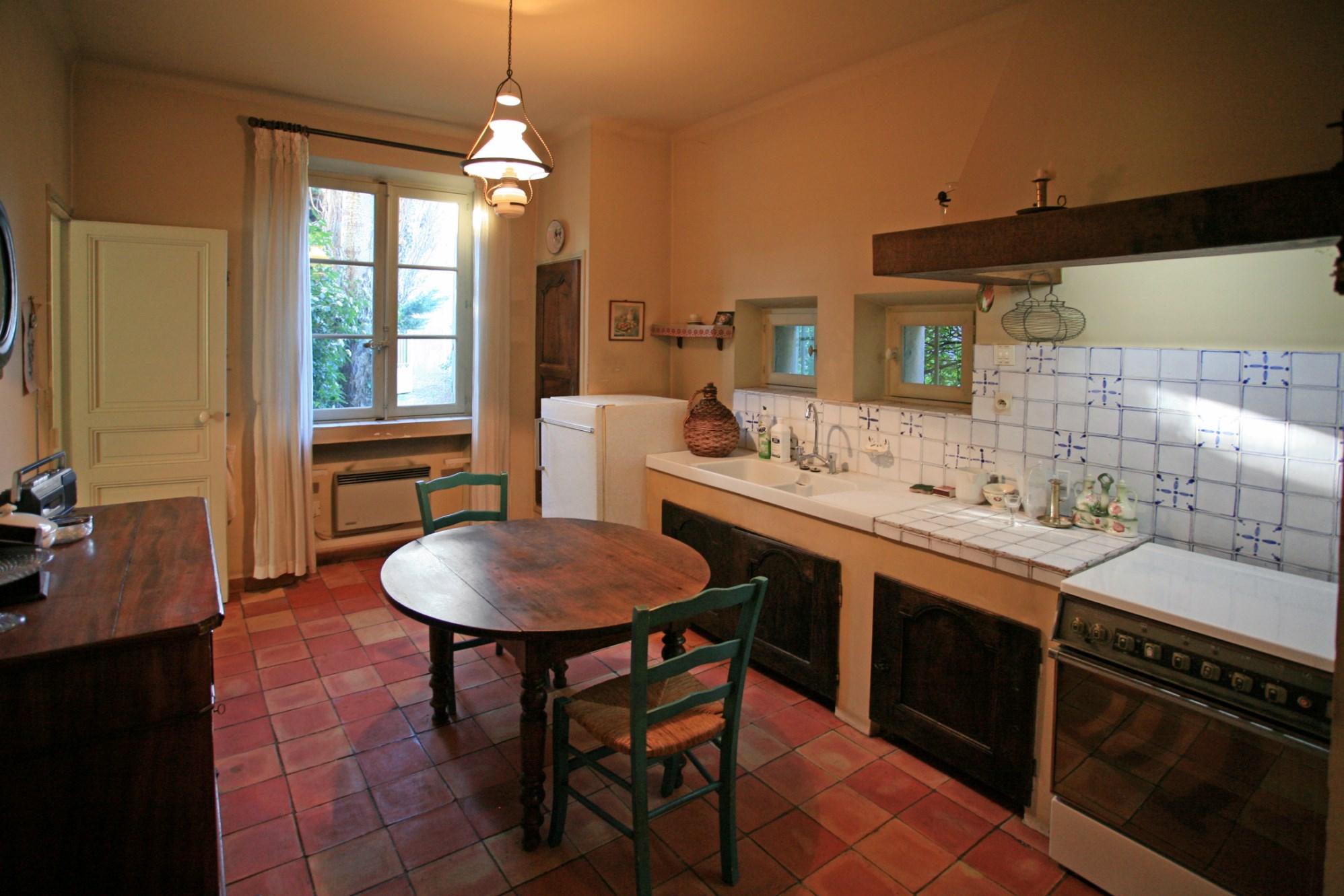 En Provence, à vendre,  dans un quartier calme d'une ville très animée du Luberon, agréable maison de famille  avec jardin