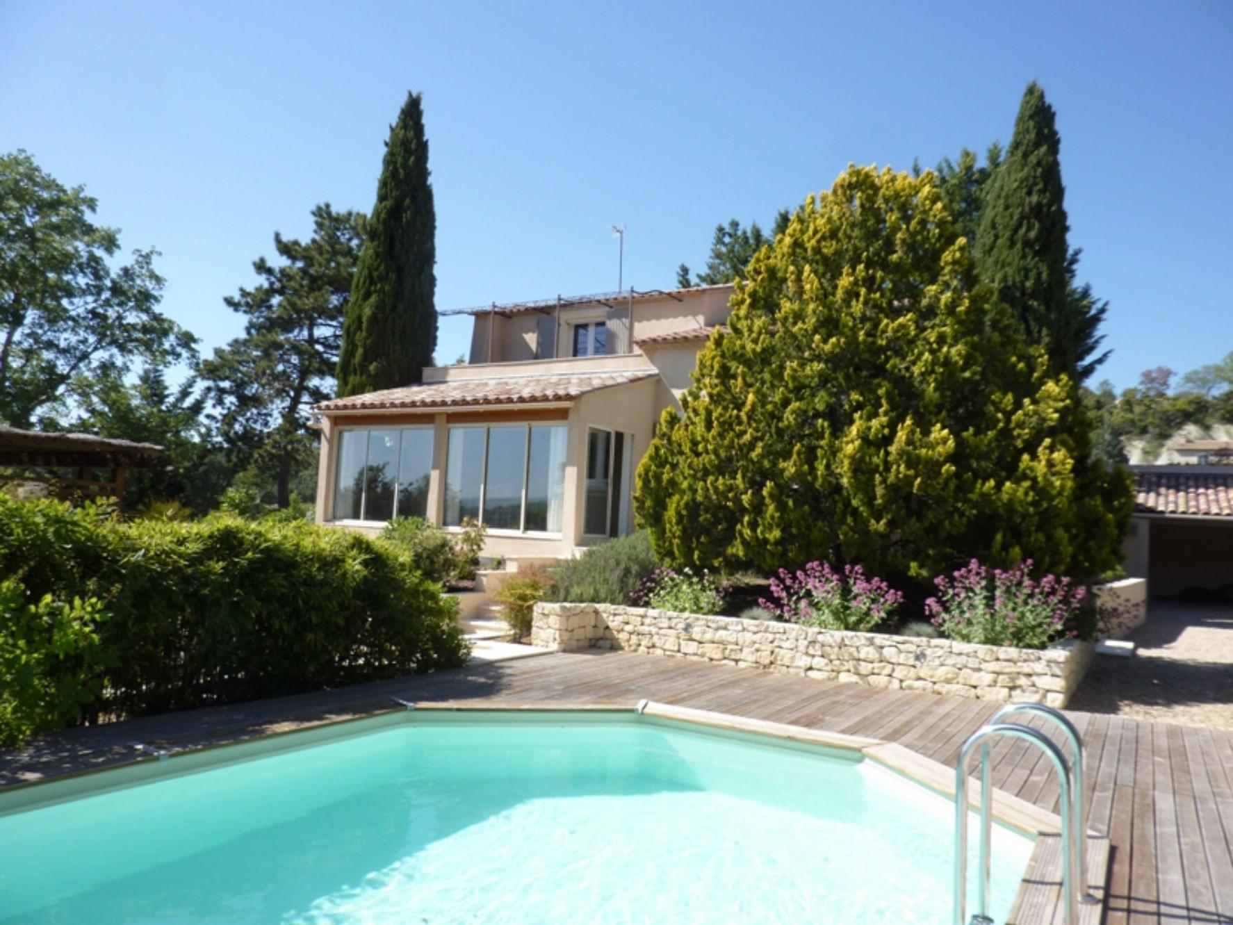 A quelques kilomètres de Gordes et de Roussillon, en position dominante, belle villa à vendre, avec jardin, piscine et vue