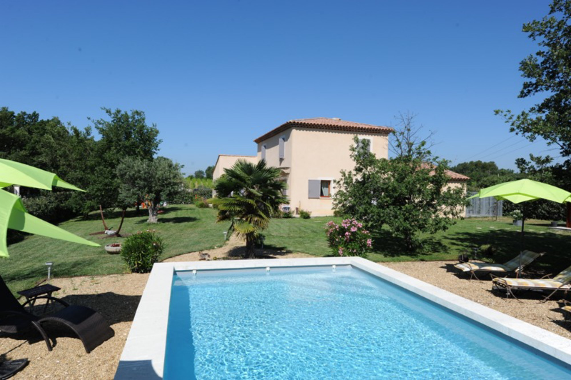 Ventes a vendre pr s d 39 un beau village perch villa for Jardin contemporain avec piscine