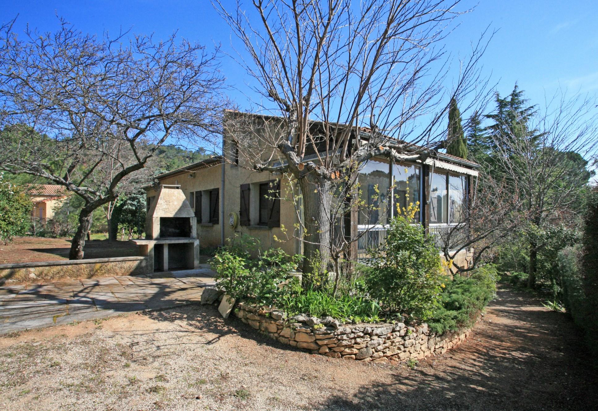 Aux abords d'un célèbre village perché du Luberon,  maison avec grand jardin et piscine en vente